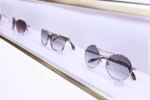 Brillenausstellung hinter Glas bei Sehgang in Ottensen