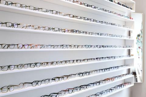 Grosse Brillenauswahl bei Sehgang in Ottensen - Regalansicht